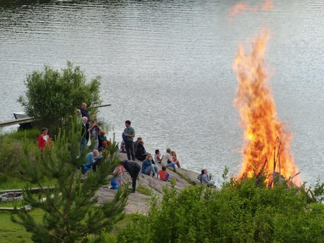 St Hansbål og noen gjester på bålfjellet
