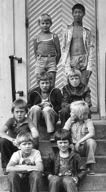 """1975 gutter på trappa til """"Det hvite hus"""""""