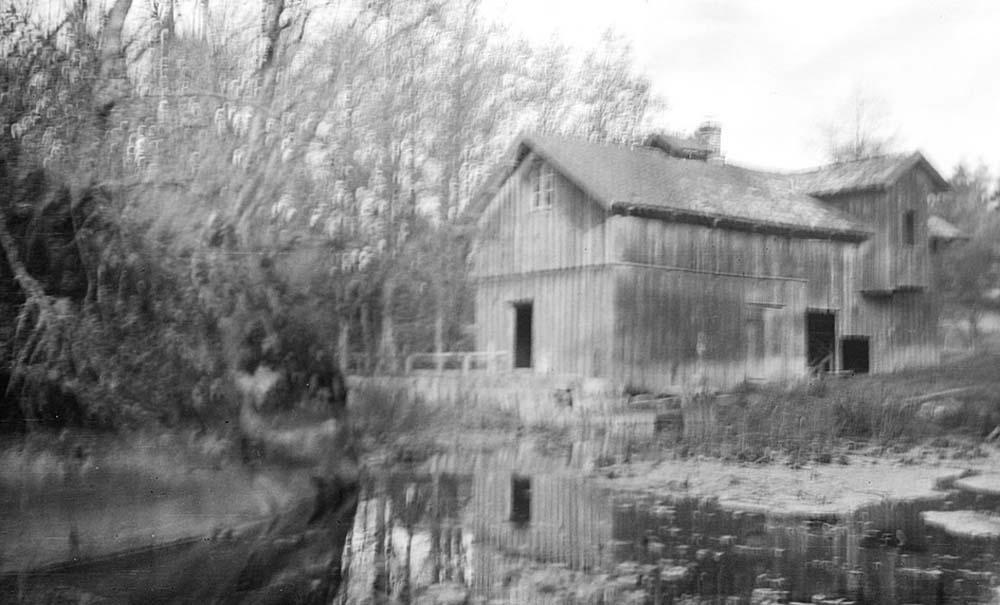 Det ene av husene ved dammen. Sannsynligvis mølla.